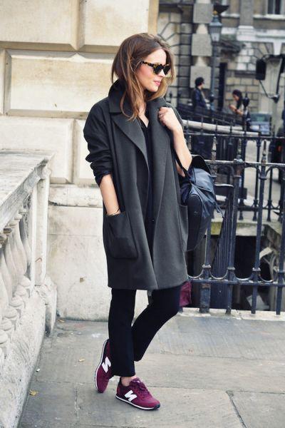 bordovye-krossovki-palto